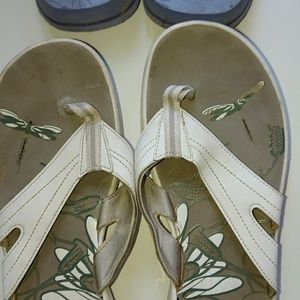 Flip flops blue Columbia 10 and white Clark's 11